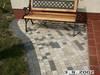 Metalowe ławki w ogrodzie.